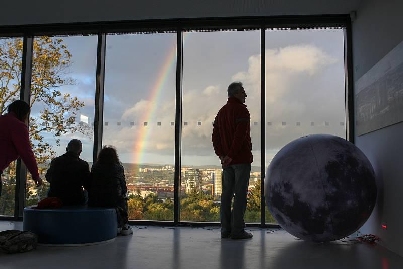 Na návštěvníky Noci vědců na brněnské hvězdárně čekala expozice velkých modelů kosmických lodí.