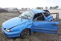 Tři mladí lidé se zranili při nehodě osobního auta na R52 u Rajhradu na Brněnsku. Modrý fiat skončil několik metrů mimo silnici a při nehodě se přetočil přes střechu.