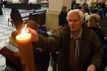 Betlémské světlo v brněnské Katedrále sv. Petra a Pavla.