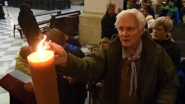 Skauti předali Betlémské světlo brněnskému biskupovi Vojtěchu Cikrlemu