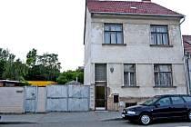 Dům v ulici Terezy Novákové, kde žije Jiří Adam