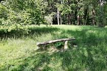 Původní lavička na palouku U buku
