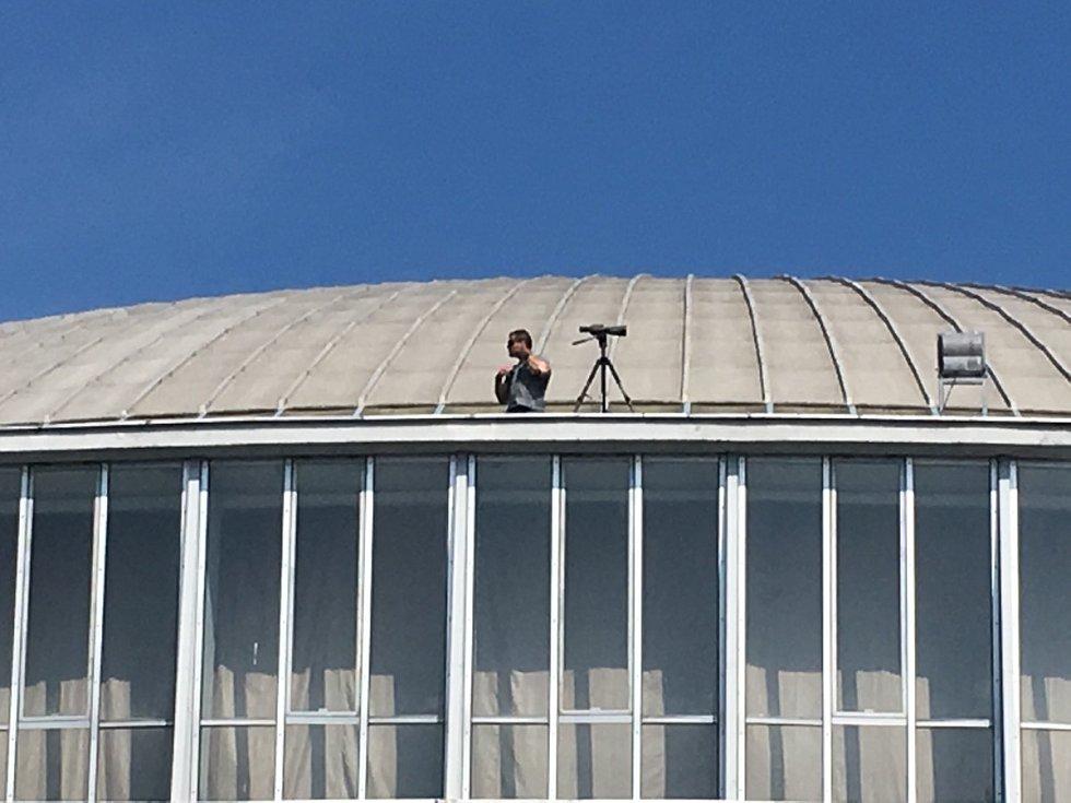 Zemanovu bezpečnost hlídají i ze střech.