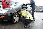 Zaskočeným řidičům nerozdávali v úterý na dálnici D1 u Devíti křížů policisté pokuty, ale informační letáky a reflexní vesty.