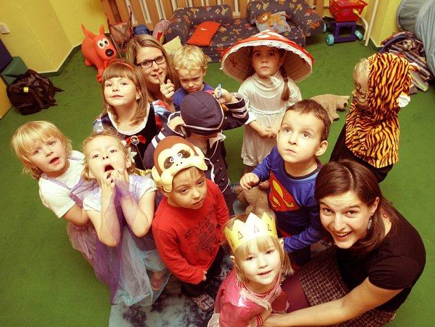 Pohádky i strašidelné bytosti připomínaly v pátek odpoledne děti na Rákosníčkově podzimním bále.