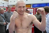 Boxer Lukáš Konečný při středečním vážení.