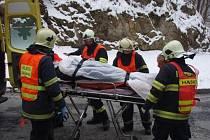 U přehrady se srazila dvě auta. Řidiče vyprošťovali hasiči