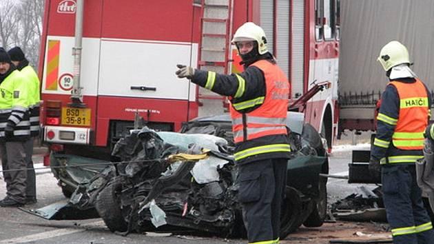 Po srážce s náklaďákem zemřela  v autě žena