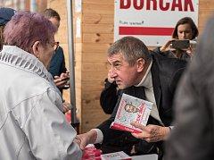 Andrej Babiš podepisuje knihy. Ilustrační foto.