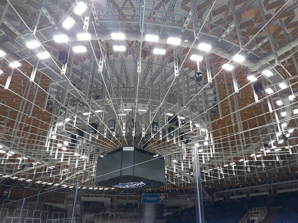 Lepší požitek ze hry budou mít diváci na domácích zápasech hokejové Komety Brno. Díky výměně osvětlení. Pro větší bezpečnost hokejistů dělníci nainstalovali na stadionu nové mantinely včetně plexiskel. Změn doznaly také střídačky nebo trestné lavice.