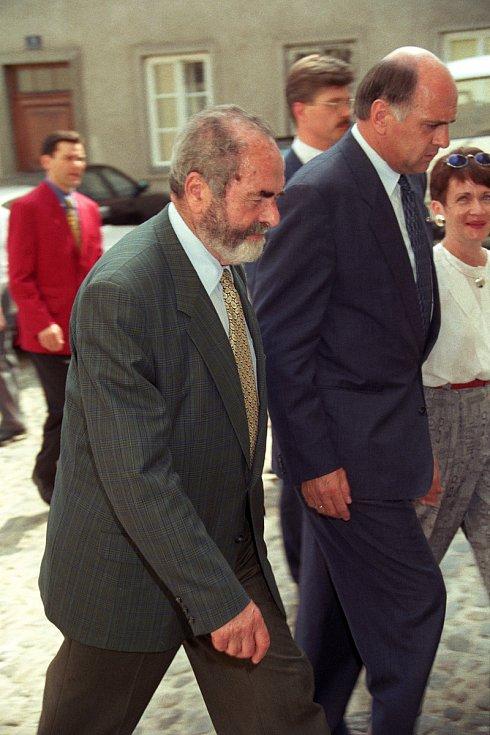 Rok 1994 výstava 15 pláten Slovanské epopeje v Minoritkirchen Rakousko. Na snímku ministr kultury Pavel Tigrid Foto: