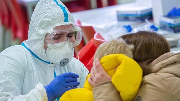 Zdravotnice odebírá vzorek v mateřské škole. Ilustrační foto