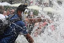 Na náměstí Svobody se při vodní bitvě utkali příznivci sociální sítě Facebook.
