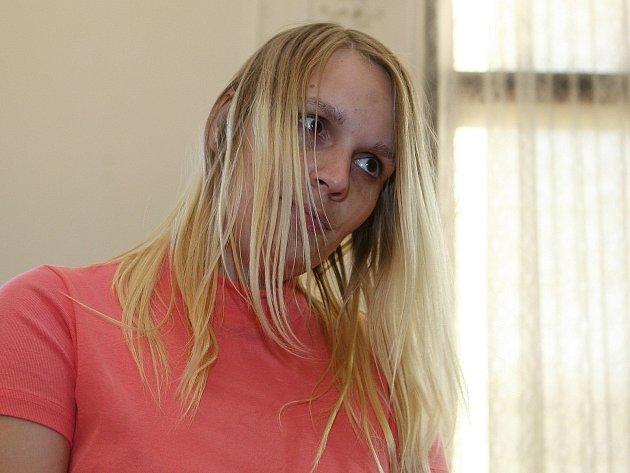 Pětadvacetiletá žena z Dolních Dunajovic na Břeclavsku se u Krajského soudu v Brně přiznala k vraždám svých tří dětí-novorozeňat.