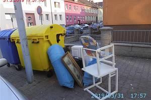 Lidé nechávají u kontejnerů odpad, který do nich nepatří. Popeláři ho pak musí svážet speciálním vozem.