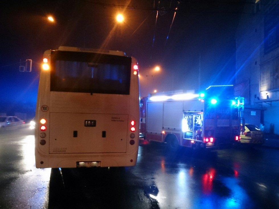 Nehoda autobusu a osobního auta v brněnských Černovicích.