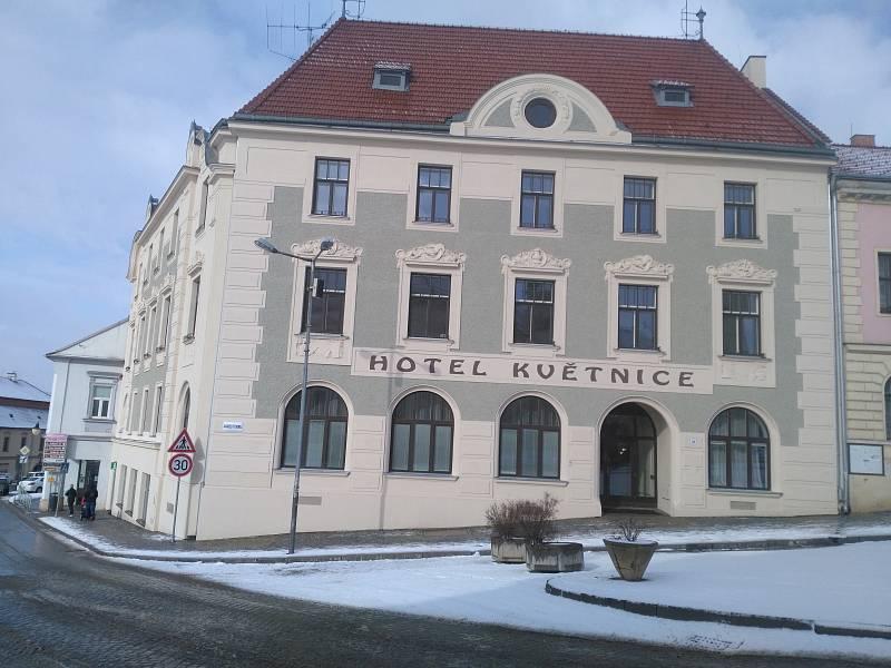 Secesní hotel Květnice v Tišnově. Opravena byla mimo jiné fasáda a štuková dekorace.