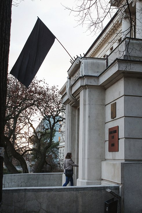 Mendelova univerzita v Brně vyvěsila smuteční prapor za studentku, kterou podle policie zavraždil její expřítel v arboretu.