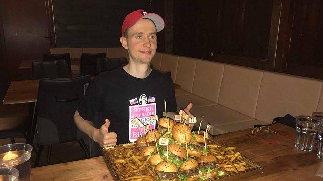 Profesionální jedlík Radim Dvořáček stanovil nový brněnský rekord v jezení hamburgerů