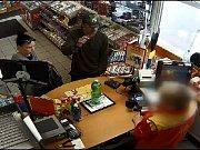 Dvojice je podezřelá z krádeží vysoušečů rukou z benzinek.