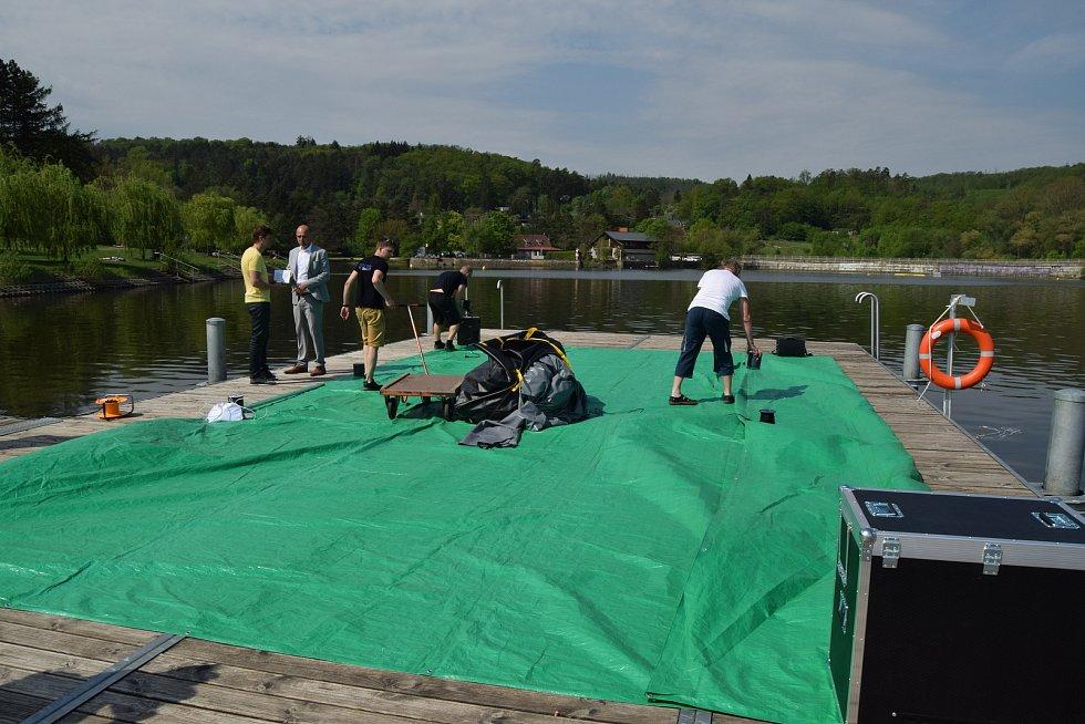 Blízko pláže U sirky na Brněnské přehradě ve středu dopoledne nafukovali pracovníci plovoucí kino.