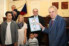 Prezident Miloš Zeman zahájil 21. listopadu 2017 návštěvu Jihomoravského kraje. Dar dostal i od dětí z Klokánku.