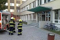 Kvůli požáru skříně v jednom z pokojů opustilo v sobotu budovu vysokoškolských kolejí Pod Palackým vrchem v Brně 77 studentů.
