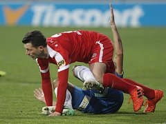 Fotbalista Tadas Kijanskas (v červeném).