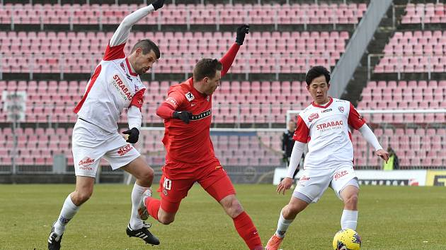 Brno 29.2.2020 - přátelské utkání mezi domácí FC Zbrojovkou Brno (červená) a FK Pardubicemi (bílá)