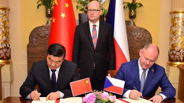 Podpis smluv mezi čínskou stranou a jihomoravským hejtmanem Michalem Haškem. Za dohledu premiéra Sobotky.