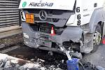 Při srážce auta s kamionem u Slavkova zemřel člověk. Tři lidé se zranili