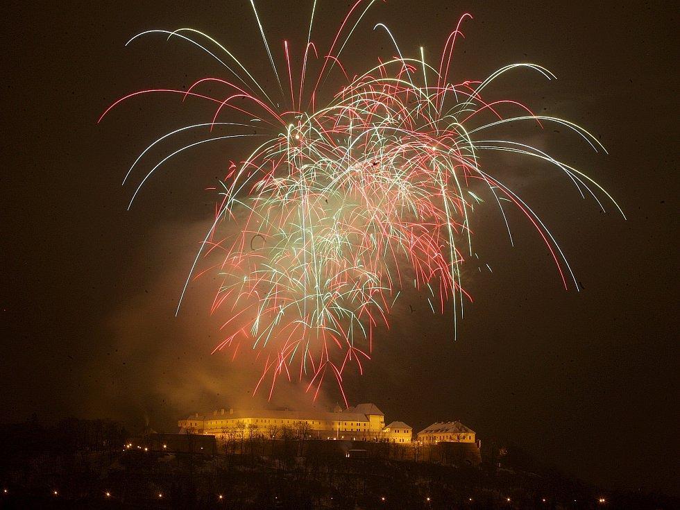 Novoroční ohňostroj nad brněnským hradem Špilberk.