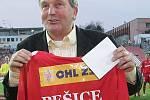 Bývalý hráč Zbrojovky Karel Pešice dostal pamětní dres a doživotní vstupenku do VIP prostor stadionu.