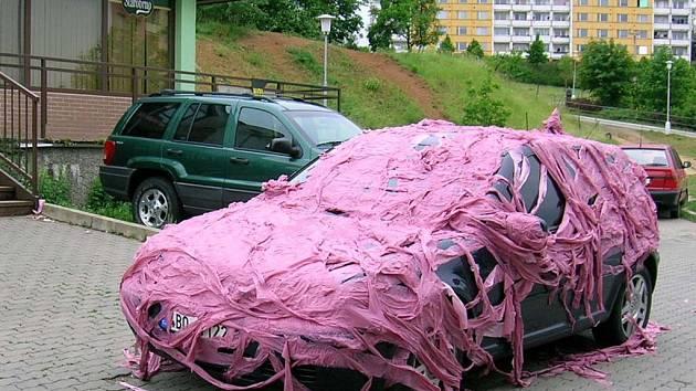 Vtipálci se na autě vyřádili.