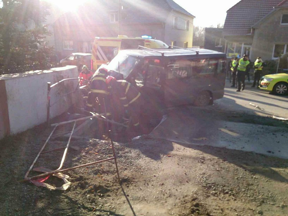 Dodávka havarovala v sobotu dopoledne v Dolních Kounicích. Na místě je několik zraněných.