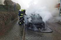 Požár osobního auta likvidovali hasiči v pátek dopoledne.