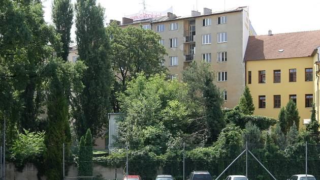Obyvatelé domu na Kolišti se nechtějí vzdát své zahrady ve dvoře.