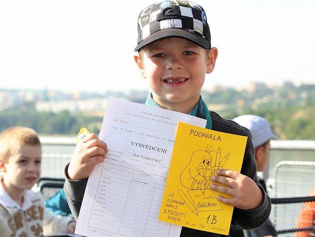 Předávání vysvědčení školákům na Brněnské přehradě na lodi Stuttgart.