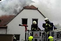 Škoda do jednoho milionu korun a rozebraná střecha. Takové jsou následky požáru, který vypukl v přízemí jednoho ze dvou křídel většího rodinného domu na Masarykově náměstí ve Šlapanicích na Brněnsku.