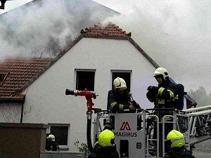 Požár střechy způsobil milionovou škodu. Majitel domu skončil v nemocnici