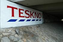Netradiční umělecké dílo zaujme řidiče, kteří v těchto dnech projíždějí pod mostem ve Vídeňské ulici. Vnitřní stranu mostního pilíře zdobí nápis Teskno. Na tom by nebylo nic až tak divného. Nápis ovšem designově připomíná slogan obchodního řetězce Tesco.