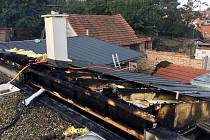 Šest jednotek hasičů zasahovalo v sobotu dopoledne u požáru střechy rodinného domu v Blučině na Brněnsku. Hasiči museli plechovou střechu rozřezat, aby se dostali k ohnisku požáru. Předběžná škoda je vyčíslena na necelých čtyři sta tisíc korun.