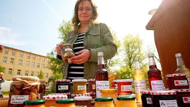 Farmářský trh v brněnských Židenicích nabídl čerstvé potraviny desítkám lidí.