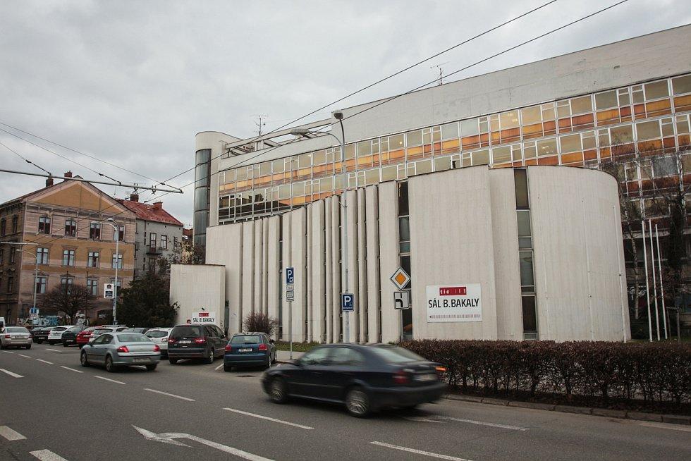 NA PRODEJ. Brněnský Bílý dům postavili mezi lety 1973 a 1976 architekti Miroslav Spurný a František Jakubec. V domě sídlil městský výbor KSČ a dnes se v něm nachází poliklinika. Radní ho plánují prodat za pět let za pětašedesát milionů korun.