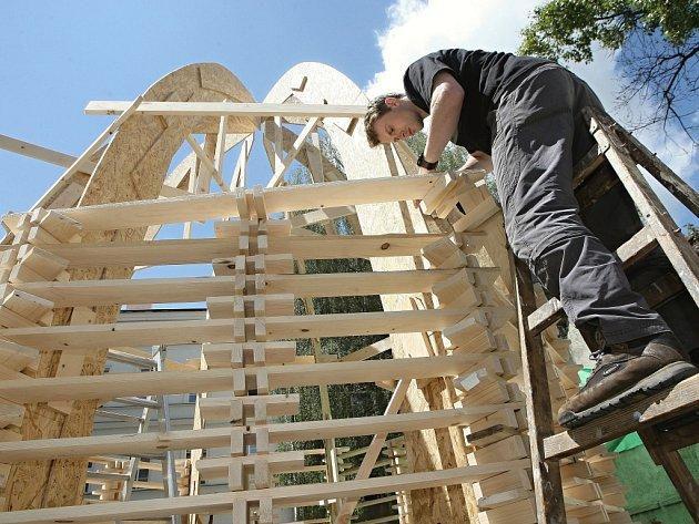 Studenti Fakulty architektury Vysokého učení technického v Brně chtějí do týdne postavit dřevěnou stavbu vysokou pět a půl metru.