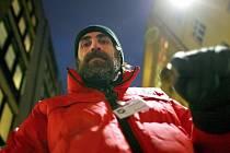 Lidé přispívají do vánoční sbírky Armády spásy. Na pěti místech v centru Brna stojí bezdomovci s červenými zapečetěnými kotlíky. Do těch lidé hází peníze.