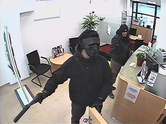 Do hlavně pistole s tlumičem se dívali zaměstnanci pobočky banky v Bednaříkově ulici v brněnské Líšni. Přepadli ji totiž dva maskovaní muži.