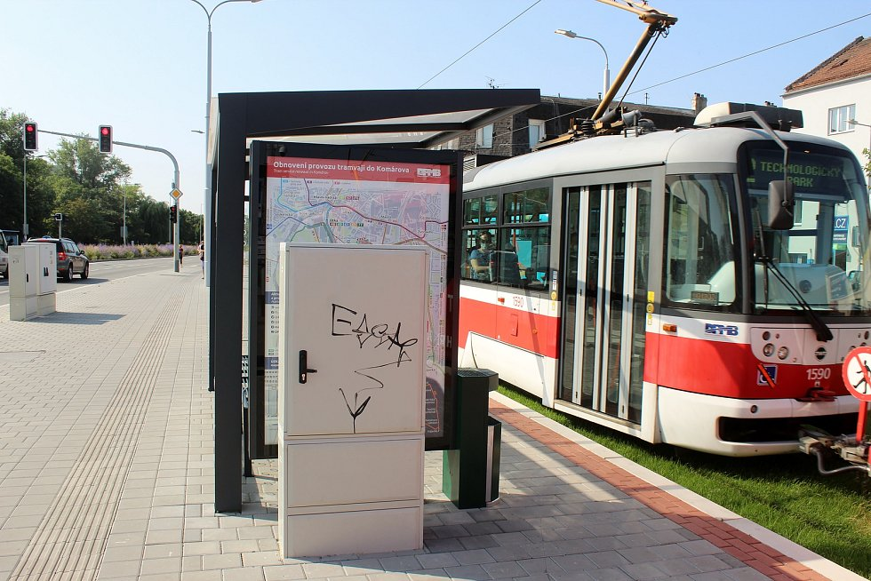 Nově opravenou Plotní a Svatopetrskou ulicí jezdí tramvaje od začátku července. Rozvaděč u přístřešku na zastávce Konopná zčásti brání ve výhledu na mapu ukazující obnovení provozu.