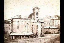 Kostel svatého Mikuláše, který byl až do roku 1869 dominantou náměstí Svobody v Brně. Vlevo je připojená budova městské váhy, napravo samostatná budova hlavní strážnice.