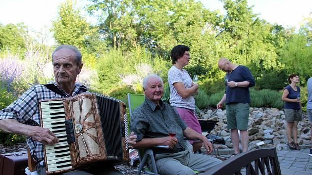 Společné letní grilování si užili klienti Chráněného bydlení Nosislav.